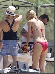 0711-gwyneth-paltrow-bikini-11-675x900