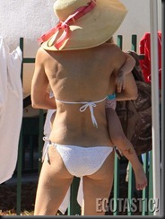 bethenny-frankel-white-bikini-in-miami-01-675x900