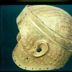 35 .- Casco de Meskaladung (Bagdad. Museo de Irak)