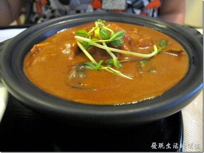台南-洋蔥咖哩工房。椰汁雞肉咖哩飯,這椰汁雞肉咖理使用陶鍋盛裝比較不怕冷掉,一般咖哩如果冷掉就會不好吃。