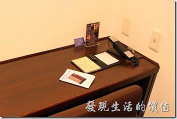 【博多祇園Hotel東名inn】客房內有個小小的液晶電視,這應該是電腦螢幕接電視盒而已,就連書桌也是小小一張,超迷你的的空間。