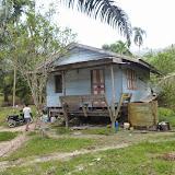 小農のアブラヤシ園で働くインドネシア人のランカオ(出作り小屋)