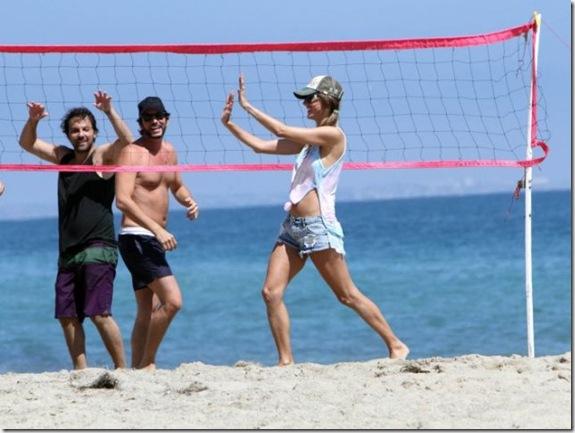 alessandra-ambrosio-volleyball-725a93