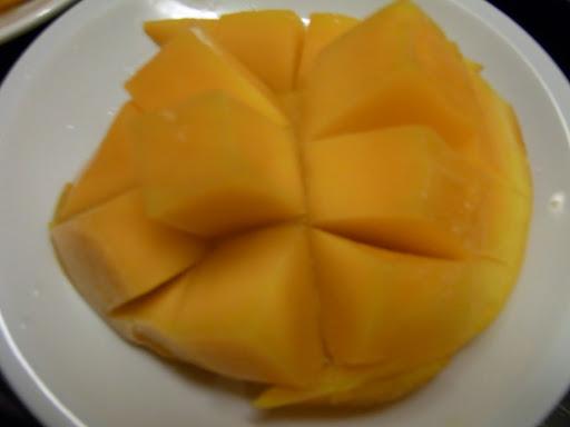 ホテルに戻り、台東で買って来たフルーツを食べます。マンゴー
