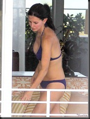 Semi_Exclusive_Courteney_Cox_Showing_Off_Her_Bikini_Body-3-675x900