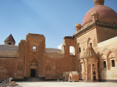 Obiective turistice Turcia: prima curte palat Ishak Pasa Dogubeyazit