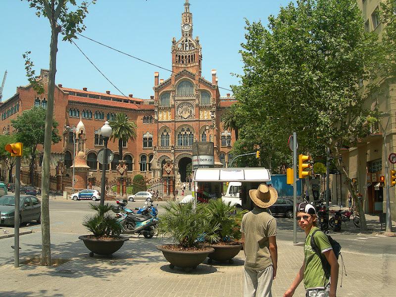 Госпиталь Святого Креста и Святого Павла. Барселона. Испания. А вот и перекрёсток-площадь перед входом в госпиталь.