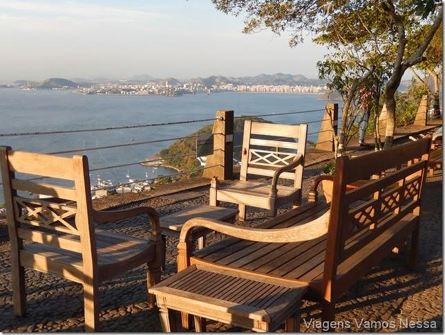 Cadeiras e espreguiçadeiras no topo do Morro da Urca para apreciar a paisagem
