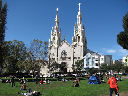 Vacanta San Francisco: Oameni fara frica lui Dumnezeu stand la soare