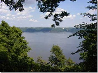 Mississippi_River_w_Lake_Pepin_in_background_at_Frontenac_State_Park