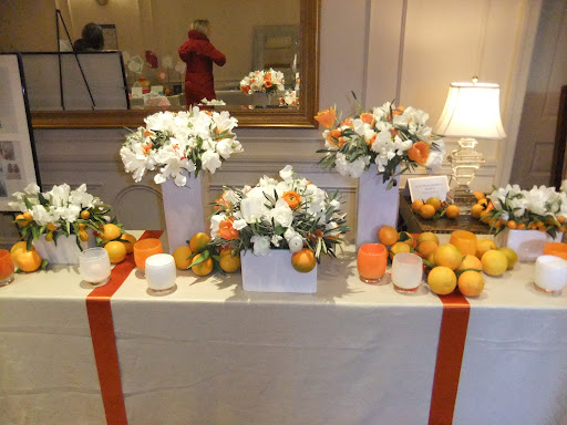 Matthew Robbins Events set up this gorgeous citrus-inspired table.