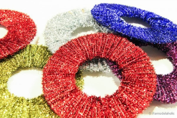 Simple Mini Wreath Ornaments by Remodelaholic using pipe cleaners!