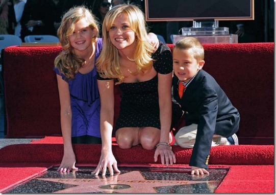 reese-witherspoon-star-walk-of-fame-12012010-26-820x580