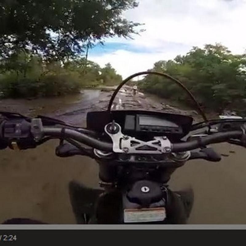 Μοτοσικλετιστής οδηγεί στη πλημμύρα