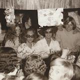 1970: DJ's draaien 110 uur plaatjes bij cafetaria - bar - dancing Kip in Oude Pekela