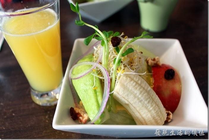 台南-綠帕克咖啡館。這是早午餐水果沙拉,裡頭有一片芭樂、一片蘋果、一節香蕉、生菜,以及核桃、葡萄乾、苜蓿牙、與米粒...等,新鮮的現切水果是好吃的水果沙拉應該具備的條件。