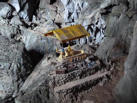 Expeditie Vang Vieng: statuie Buda in pestera Tham Phu Kham