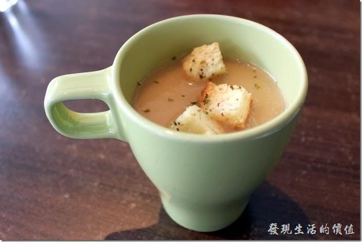 台南-綠帕克咖啡館。洋蔥湯,這是早午餐的餐前飲品,因為當天沒有玉米湯所以換成了洋蔥湯,上面還擺了三塊考得酥酥的麵包,這洋蔥湯還蠻好喝的。