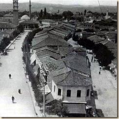 Pamje nga kryeqyteti i mbretërisë Tirana. Në fotografi dallohen shtyllat elektrike. Sot kjo pamje është sheshi Skënderbe afër Hotel Internacional Tirana.(foto, Melville Chater)