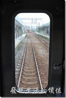 平溪線的火車車廂真的很特別,我記得我以前念大學的時候坐過一次,當時就覺得它的中間有個圓形的拱門非常的特別,可以稍微隔開旅客,有別於台鐵一般的火車車廂。
