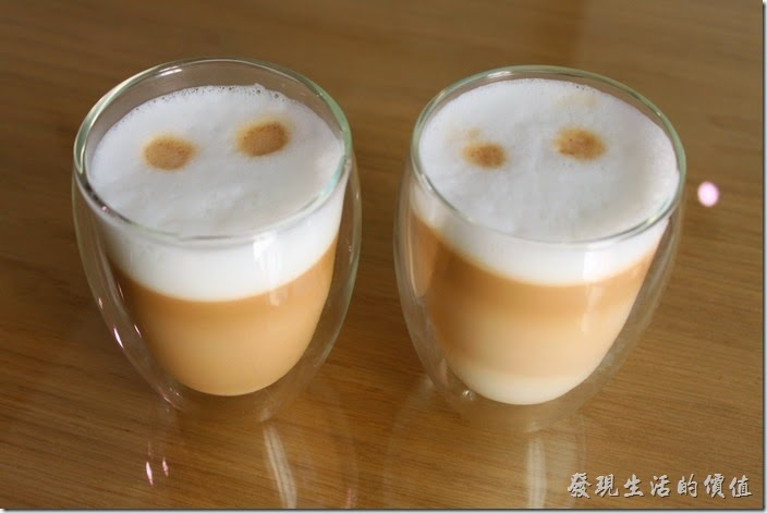 台南-L B_Coffee綠色咖啡廳。餐後飲料,我們分別選了一杯熱卡布其諾及一杯熱拿鐵。剛端上來的時候,兩杯都差不多,後來是由杯底下面的牛奶來分辨,左邊是卡布奇諾,右邊是拿鐵,兩杯都用透明的玻璃杯裝著。