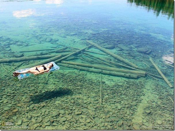 美國蒙坦納州一湖底清澈可見,但不要被眼睛所矇騙了,它其實可深得很。