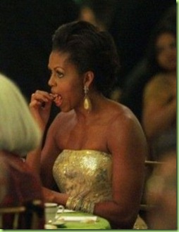 michelle-obama-eats-with-her-fingers