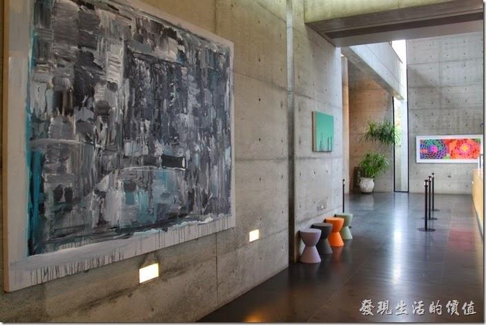 台南-白台南安平-白鷺灣 蜷尾家 經典冰淇淋。一樓的地方有些大型的掛畫。