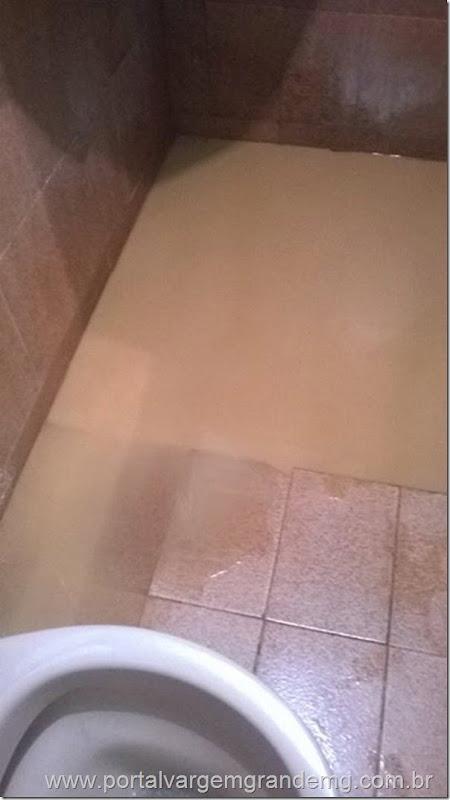 banheiro inundado