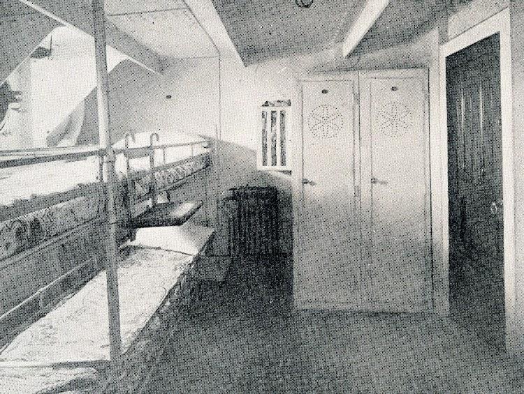 Buque CAMPOMANES. Camarote de cuatro literas para la tripulacion. Del libro CAMPSA 1.928-1.932.JPG