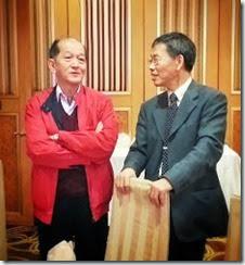 穿著帥氣紅夾克的張可弘與謌平聊天