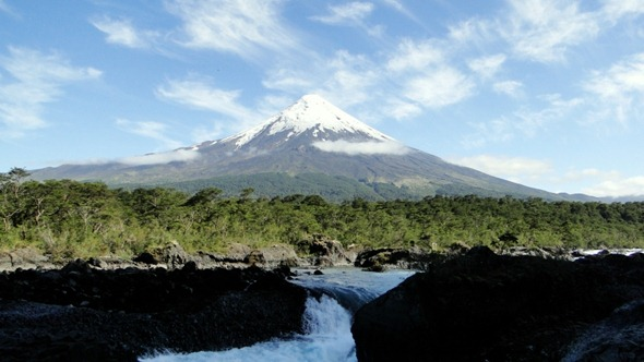 Vulcão Osorno visto desde os Saltos del Río Petrohue