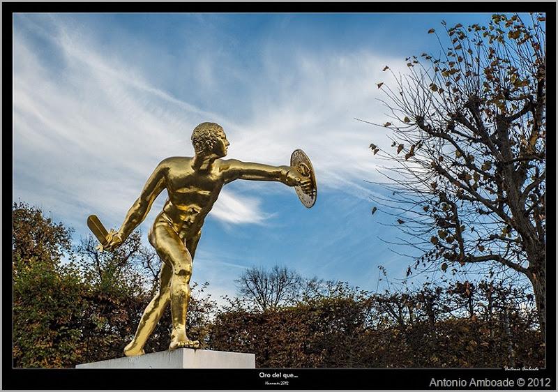 Estatua dorada b