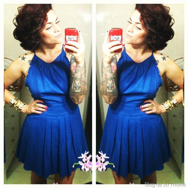 look vestido azul cobalto e mix de pulseiras