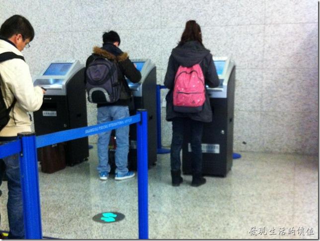 上海台胞落地簽證啟用受理機,不用再貼照片了。