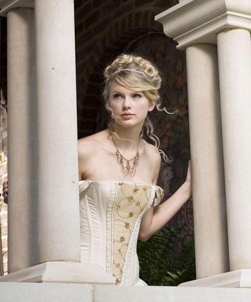 Taylor Swift curly hairstyle with braids