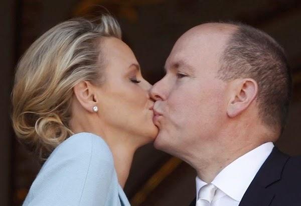 La pareja se ha dado dos besos tras su enlace civil.