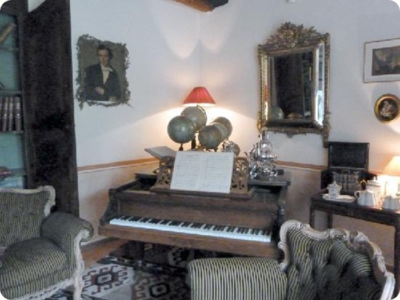 piano-in-parlor-where