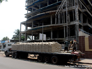 Déchargement des sacs du ciment pour un chantier ce 03/06/2011 à Kinshasa. Radio Okapi/ Ph. John Bompengo