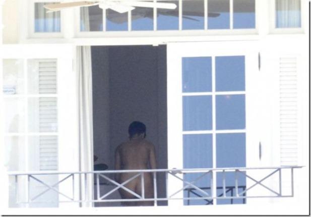 rihanna-nude-balcony-1
