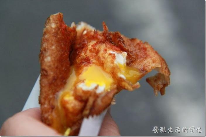 正老牌(黃車)的炸蛋蔥油餅裡頭的未熟雞蛋。