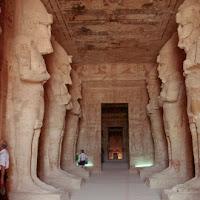37.- Sala hispóstila del gran speo de Ramses II