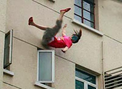 لايت مغربي يلقي عشيقته من النافذة