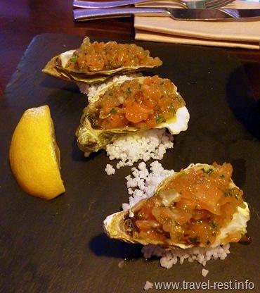 тартар из лосося, сибаса и устриц с имбирем и лимоном