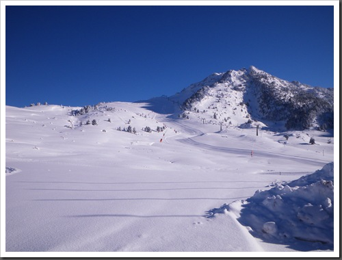 Cap de Baqueira 2466m desde Parking Orri con esquis (Baqueira, Valle de Aran, Pirineos) 2931