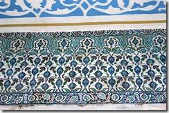 Roses, oeillets, tulipes et cyprès stylisés sont représentés en motifs variés sur les faiences.