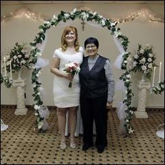 Lee Canova e Patricia Galbraith se casam Niagara Falls, no estado de Nova York, em 17 de julho (Foto: David Duprey/AP)