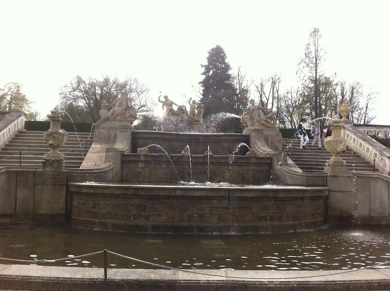 Четырехуровневый фонтан оживлен статуями водных божеств, нимф, фигурками рыб и лягушек