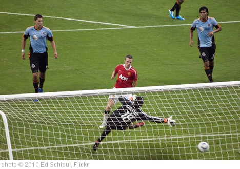 'Tom Cleverley GOOAAAALLL!' photo (c) 2010, Ed Schipul - license: http://creativecommons.org/licenses/by-sa/2.0/