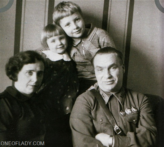 -valeriy-chkalov-s-genoy-olgoy-docheryu-valeriey-i-sinom-igorem